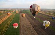 Toplovazdušni baloni na nebu iznad Sente
